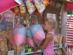 k mlsaní tu byla nejen cukrová vata apopcorn...