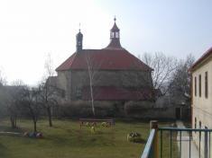 Zahrada mateřské školy, vpozadí kostel sv.Mikuláše.